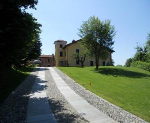 Giardino e strada di accesso alla villa