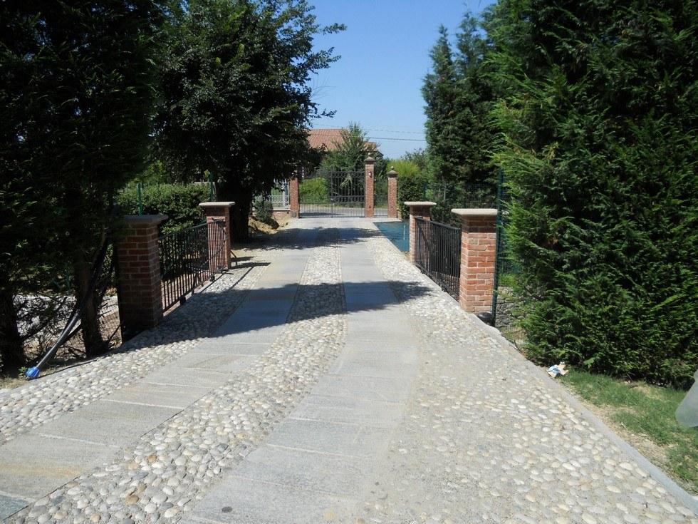 Strada in ciottolato di accesso alla villa