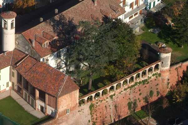 Castello di Bergamasco con torre ricostruita dopo il crollo a causa del terremoto