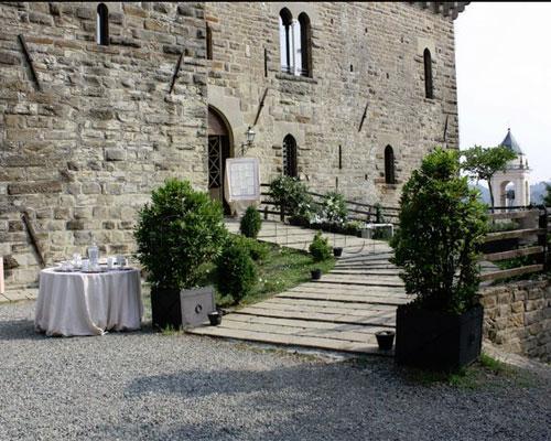 Realizzazione della strada di ingresso al castello interamente in ciottolato